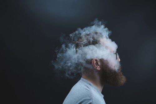 En mann med en røyksky rundt hodet.