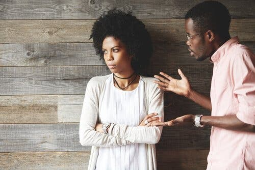 En mann som forklarer noe til en opprørt kjæreste.