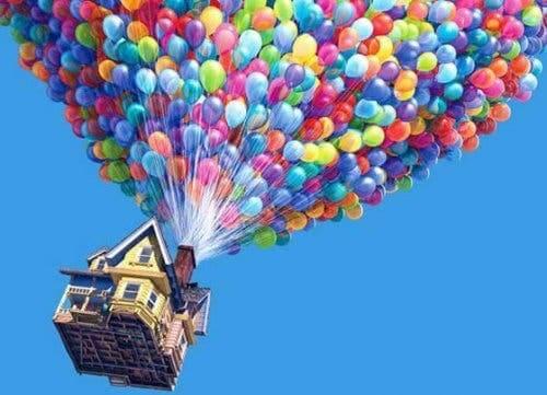 Huset fra filmen Se opp som flyr i luften ved hjelp av ballonger.