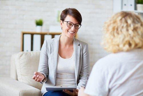 Flere kvinner som studerer psykologi :To kvinner som snakker sammen.