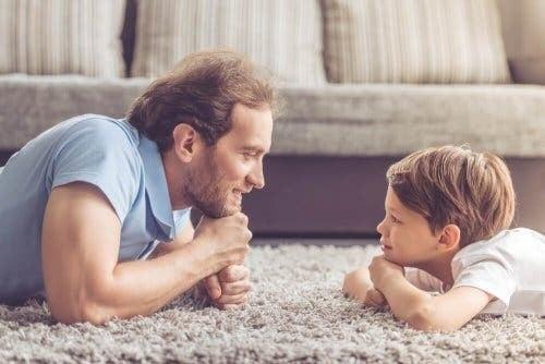 Far og sønn som snakker.