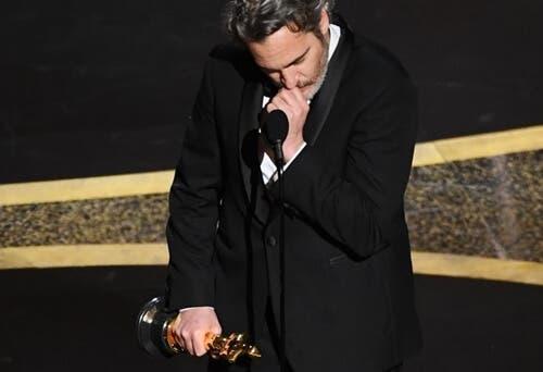 Joaquin Phoenix under talen sin.