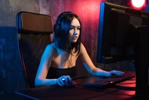 Kvinne som spiller Fortnite.