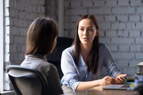 Det er vanlig med avhør av personer nær offeret i en psykologisk obduksjon.