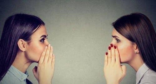 To kvinner som sprer rykter