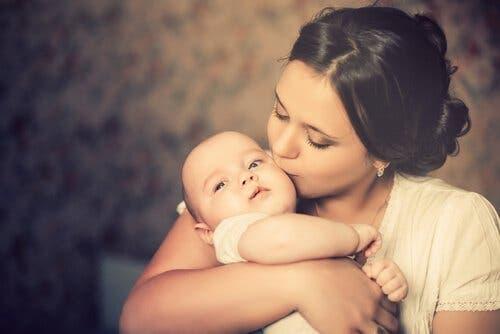 Fasene av tilknytning: De seks første ukene aksepterer barnet alle som gir trøst.