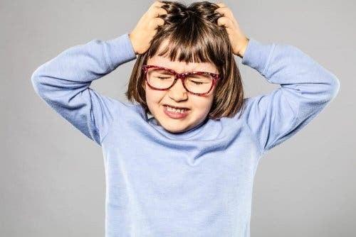 Trikotillomani, jente som river seg i håret.