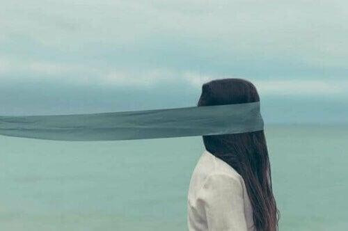 En kvinne med bind for øynene.