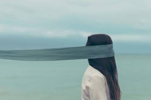 En kvinne som går med bind for øynene.