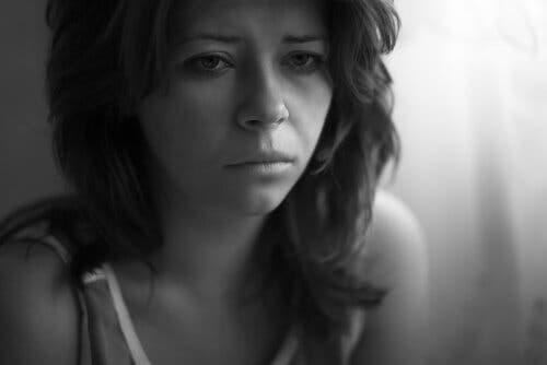 En kvinne som gråter.