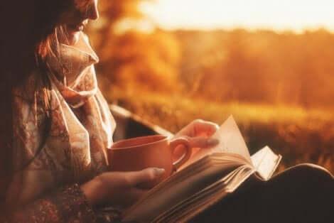 En kvinne som leser en bok.