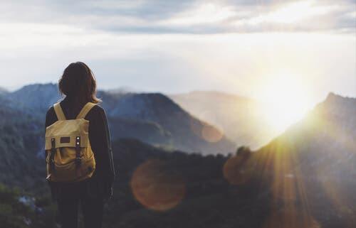En kvinne som ser utover et fjell.