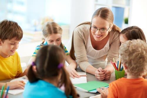 En lærer og noen barn.
