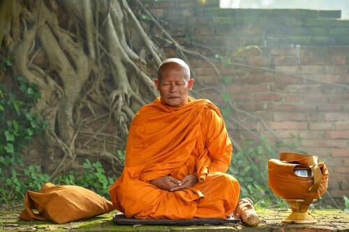 En munk som mediterer.