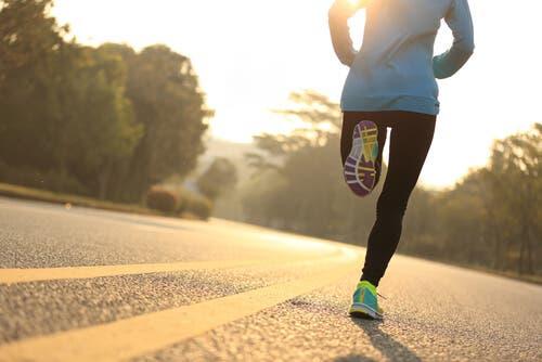 En person som løper.