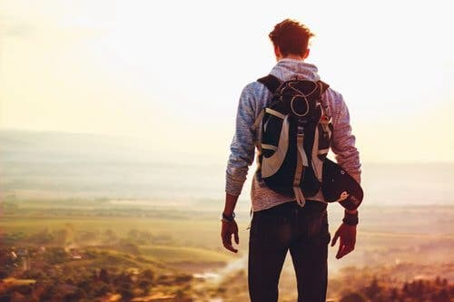 En ryggsekkturist som vandrer og vet at alt vil være i orden.
