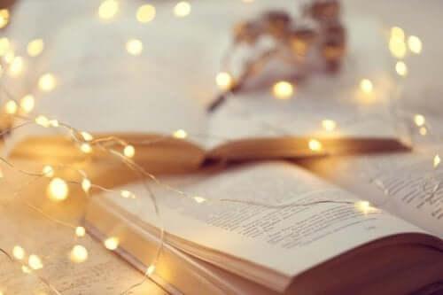 Et sett med lys over en bok.