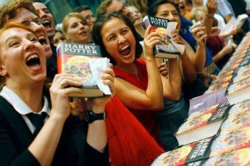 Fans som vil ha Harry Potter-boken sin signert.