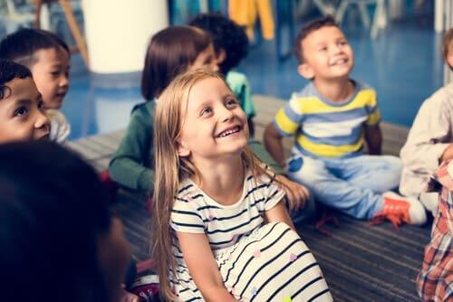 Noen smilende barn.