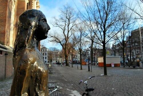 Statuen av Anne Frank.