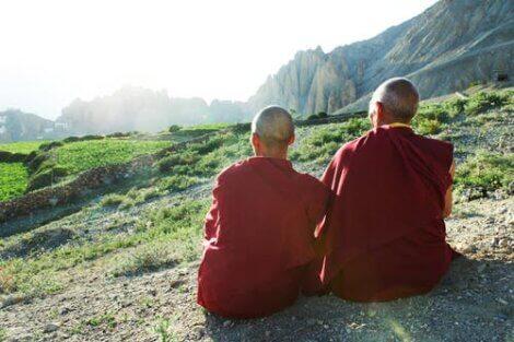 Tibetanske munker nyter utsikten.