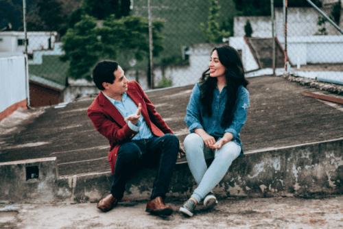 En mann og kvinne som snakker sammen