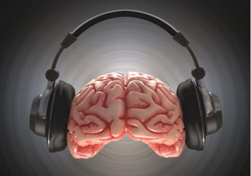 Hjerne og øretelefoner.