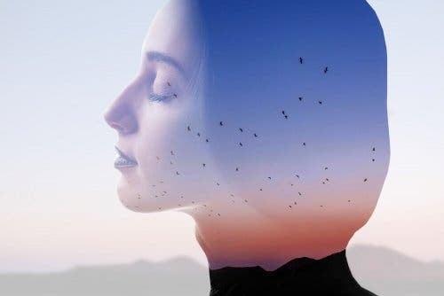 Kvinne som er en bevisst forbruker.