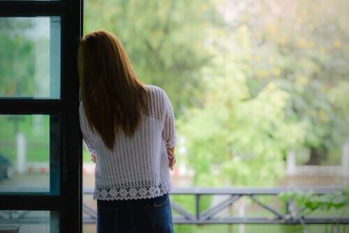 Kvinne som føler ensomhet i morsrollen.