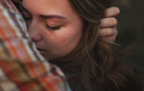 Kvinne som gråter over en savnet person.