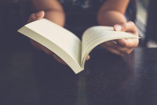 Kvinne som leser.