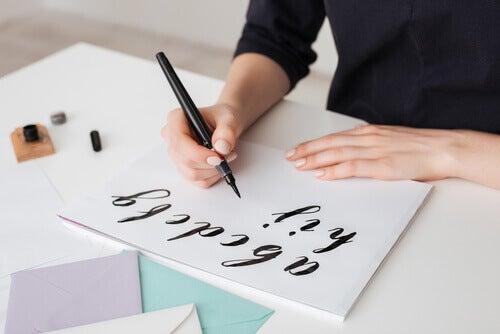 Kvinne som maler kreative bokstaver.