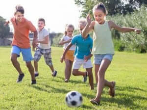 Barn som spiller fotball sammen.