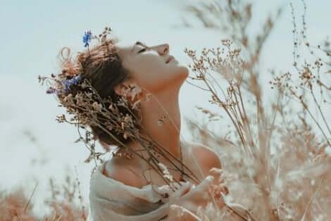 En kvinne med blomster.