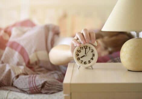 En kvinne som våkner om morgenen.
