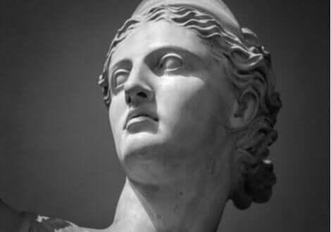 En statue av ansiktet til Artemis.