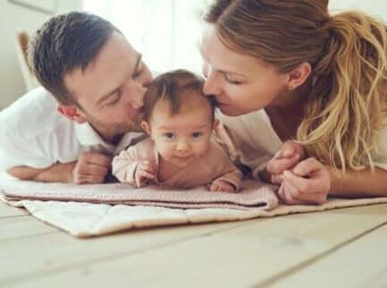 Foreldre som formidler kjærlighet til babyen sin.