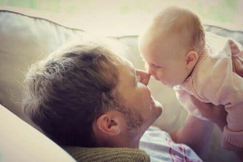 Lær om kommunikasjon hos spedbarn