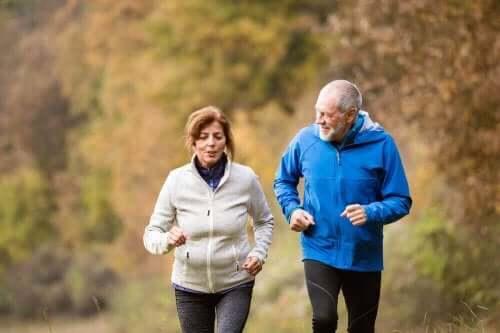 To eldre mennesker som jogger sammen.