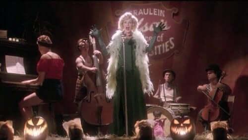 En kvinne som synger