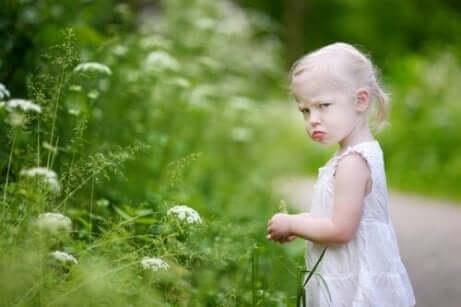 en liten jente som føler seg misfornøyd