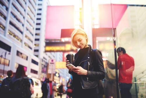 Smarttelefon-zombie: Stirre på telefonen mens du går