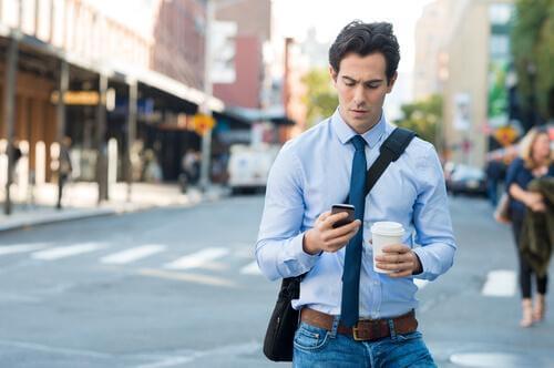 En uoppmerksom smarttelefon-zombie.