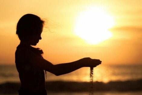 En jente som holder sand som renner