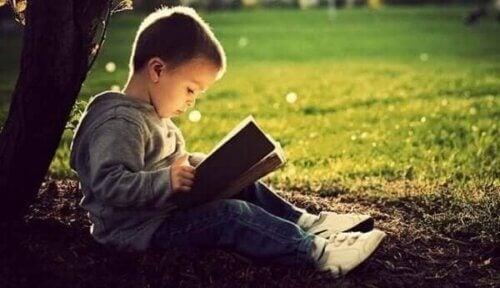 Gutt som leser.