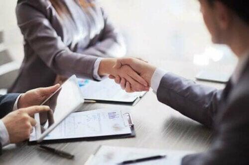 Håndtrykk under et intervju.