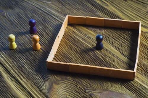 En spillebrikke i en firkant med andre brikker utenfor