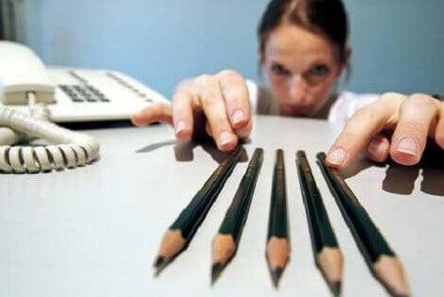 Kvinne med blyanter.