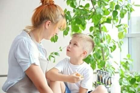 mor som snakker med sønnen sin og bruker raserianfalle som læringsmuligheter