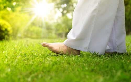 Person som går i gresset.